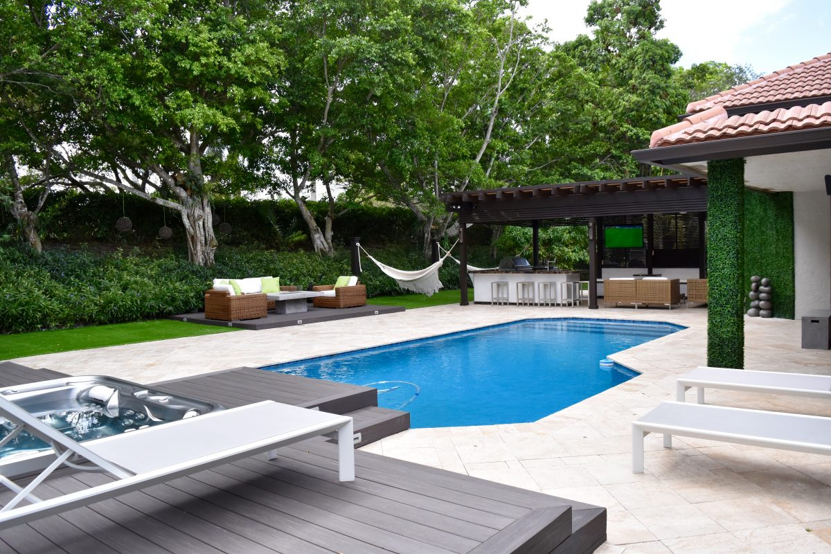 ... Florida, In Partnership With Luxapatio U0026 The Patio District, This  Project Also Featured New Travertine Floors, Pergola, Spa, And Lynx Outdoor  Kitchen.
